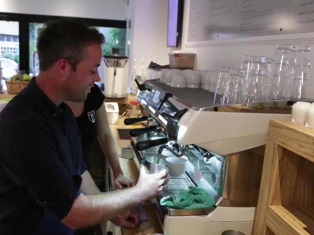 Lars krijgt een barista cursus bij Blushing